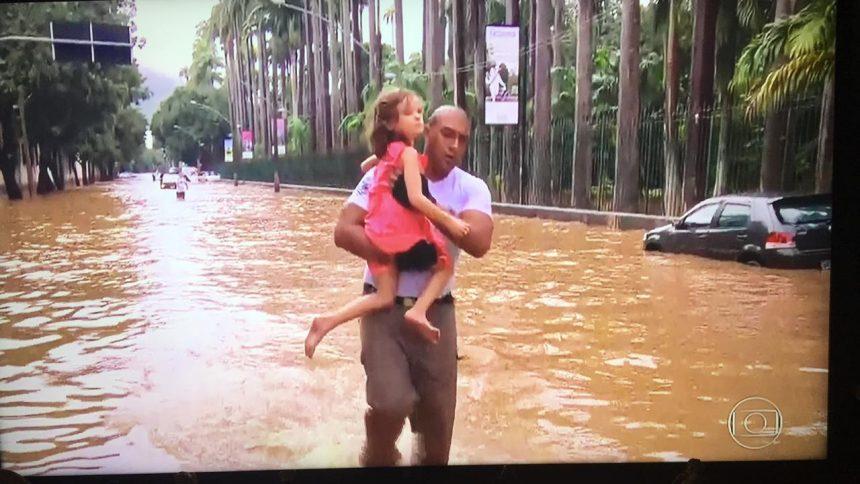 Guarda municipal resgata menina em alagamento no Jardim Botânico