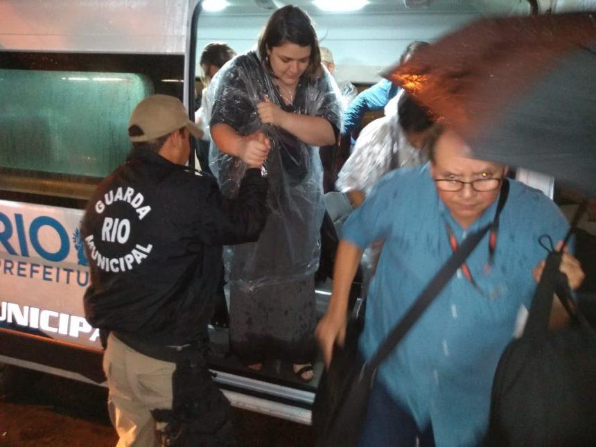 Guarda municipal ajuda cidadãos a se deslocar em segurança durante o temporal