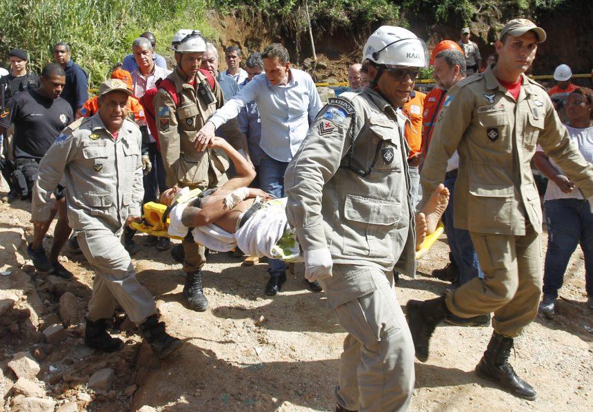 O prefeito Marcelo Crivella foi à Muzema para acompanhar o resgate de vítimas e comandar o trabalho da Prefeitura após desabamento de dois prédios