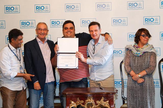 O taxista Luciano Mendes dos Santos recebe do prefeito Crivella sua autonomia como taxista