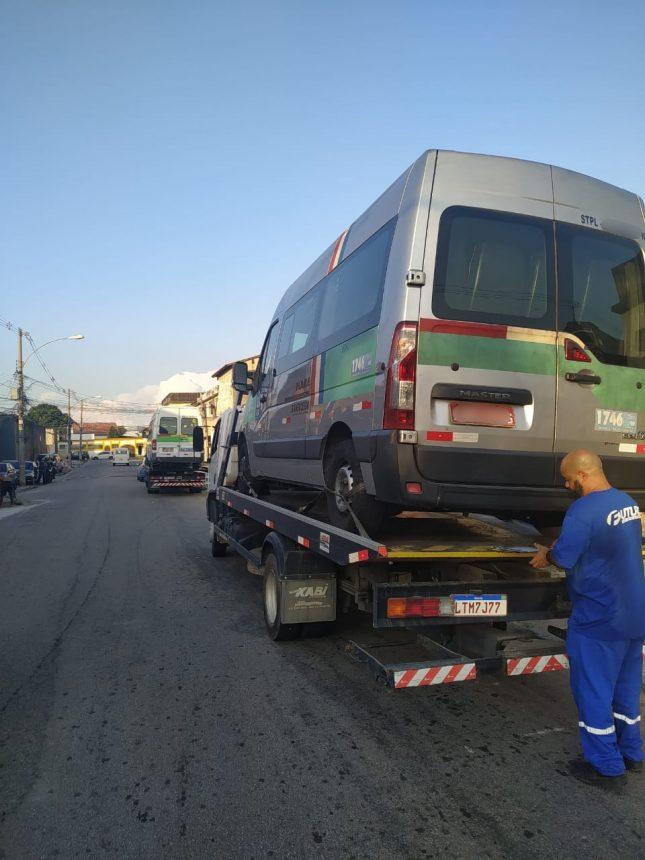 Van irregular é removida por agentes da Seop
