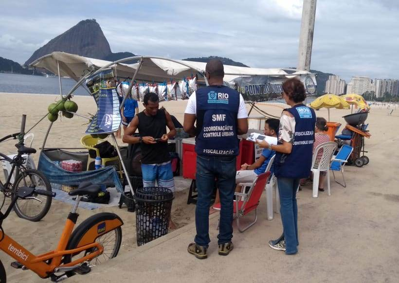 Agentes fiscalizam comércio ambulante na Praia do Flamengo.