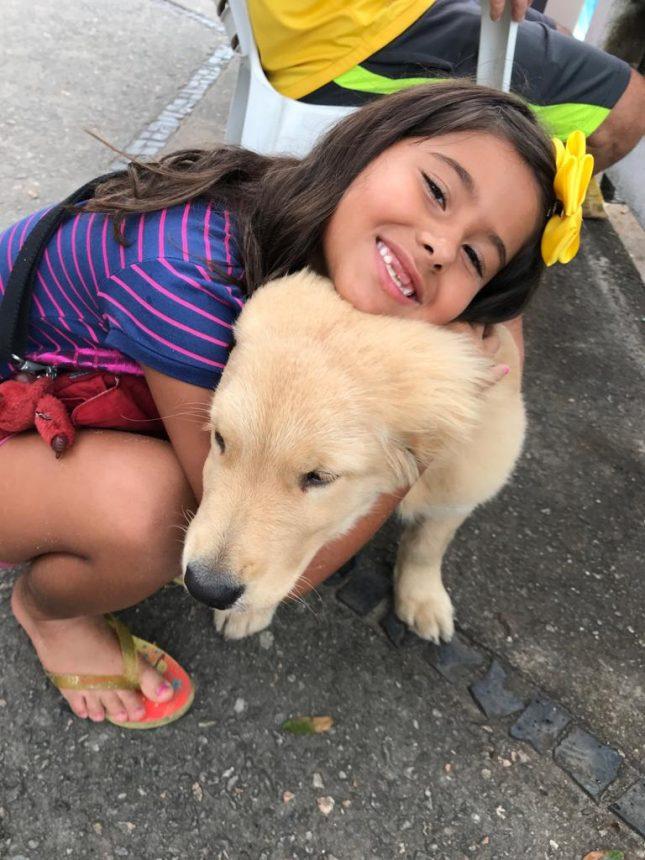Cachorro recebe abraço de menina: neste sábado serão 800 animais à espera de carinho na Fazenda Modelo