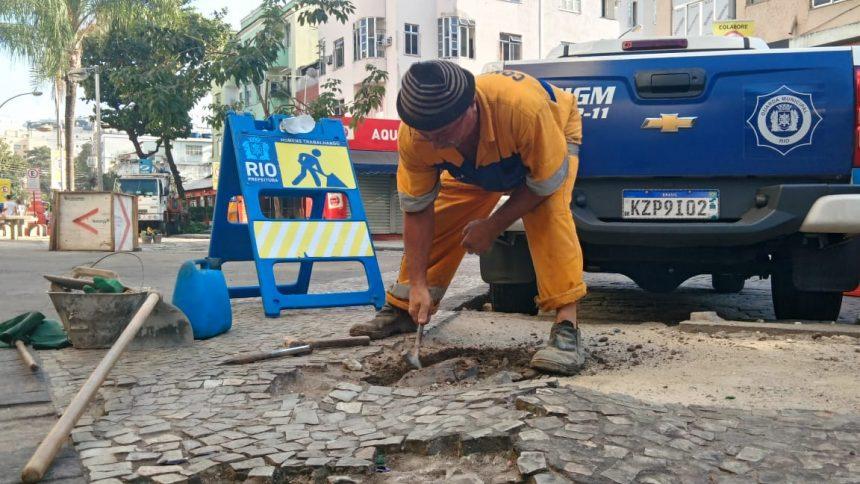 Conserto de calçada é um dos serviços do Cuidar da Cidade. Foto: Cintia Ladeira / Prefeitura do Rio