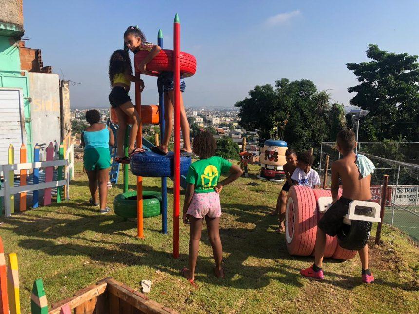 Crianças brincam no espaço de lazer revigorado pela Comlurb em Rocha Miranda. Foto: divulgação / Comlurb