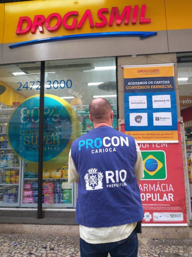 Agente do Procon Carioca diante de uma das farmácias inspecionadas. Foto: divulgação