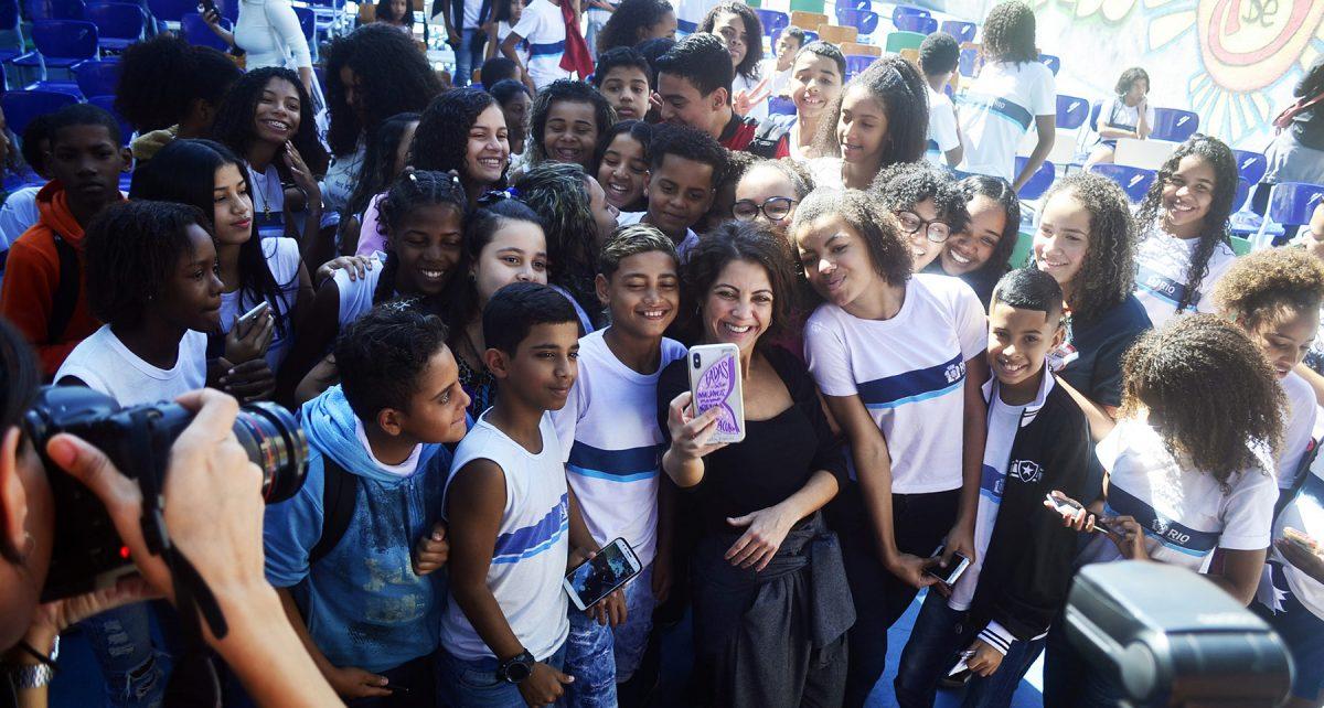 Thalita Rebouças, em escola da Prefeitura do Rio, premia estudante em evento pré-Bienal do livro