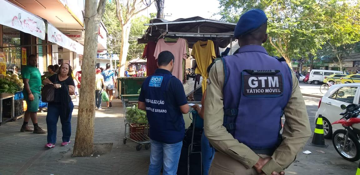 Fiscalização ao comércio de rua na ação de ordenamento urbano coordenada pela Seop na Freguesia. Foto: divulgação
