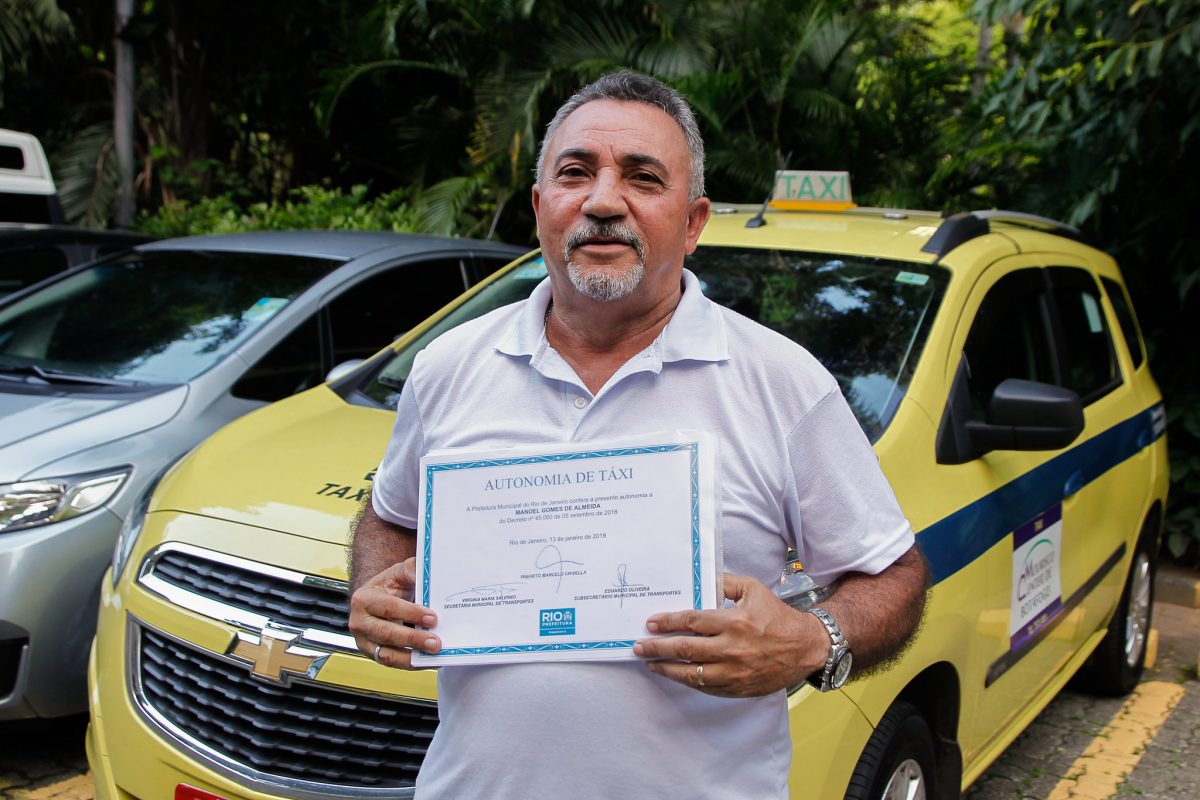 O taxista Manoel Gomes de Almeida exibe seu documento de autonomia, recebido em março de 2019. Foto: Marcelo Piu / Prefeitura do Rio