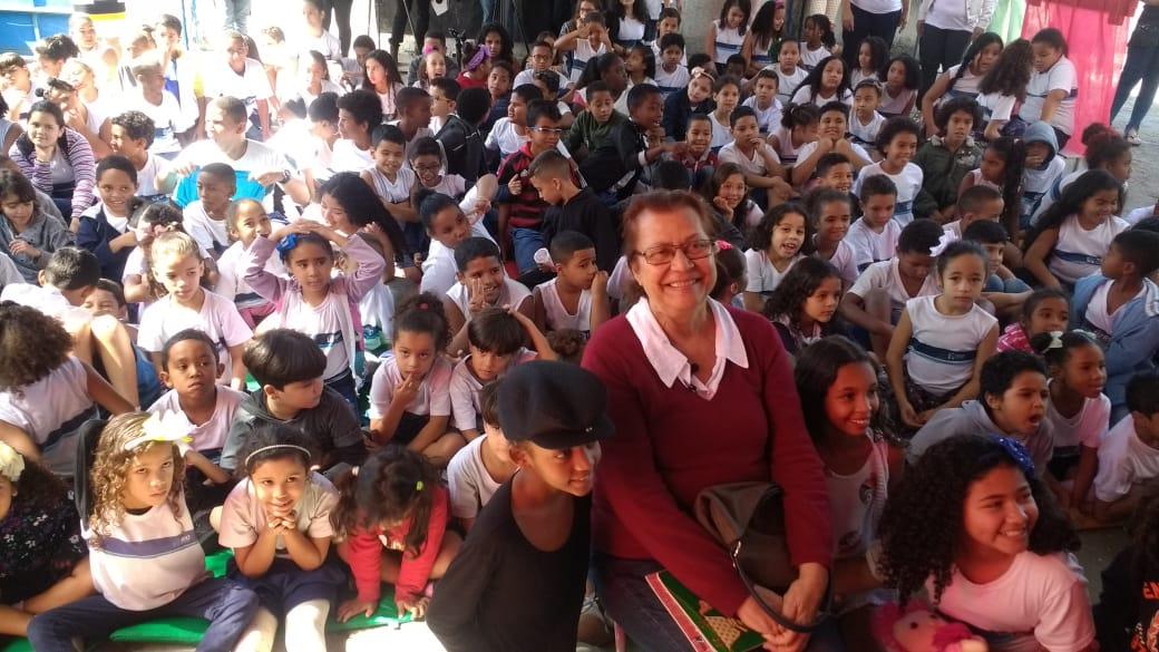 Ana Maria Machado lê histórias para alunos de escola municipal em evento pré-Bienal do Livro