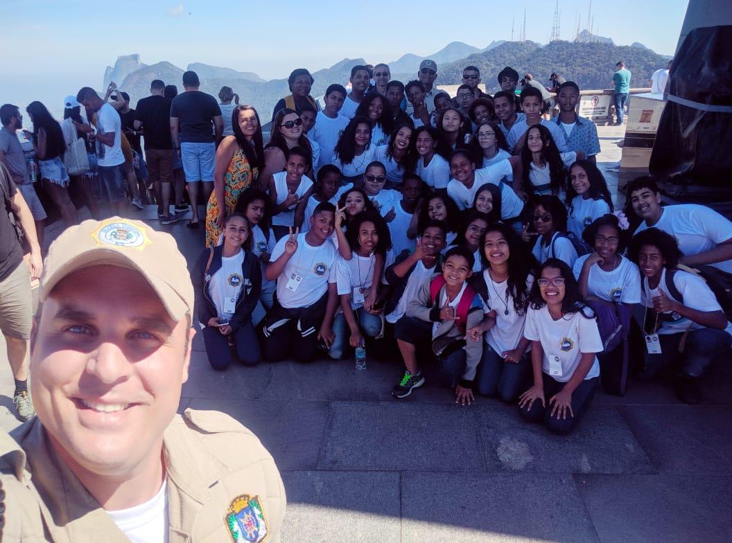 Alunos de escolas da Prefeitura do Rio estudam a geografia do Rio aos pés do Cristo Redentor