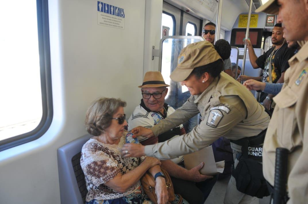 Guardas municipais colam adesivo em idosos