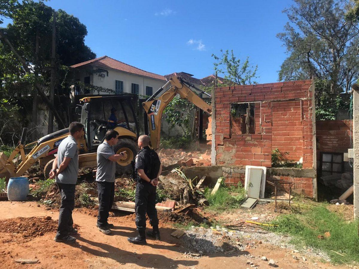 Construção irregular é demolida na Colônia Juliano Moreira