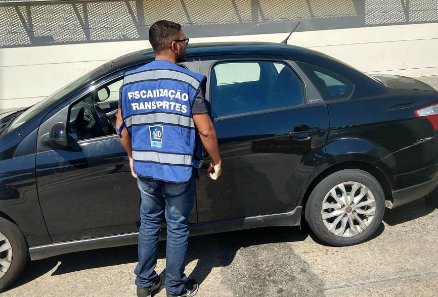 Fiscalização de veículo de passageiros por aplicativo nas proximidades da rodoviária: decreto regulamenta regras que devem ser seguidas por todos. Foto: divulgação SMTR