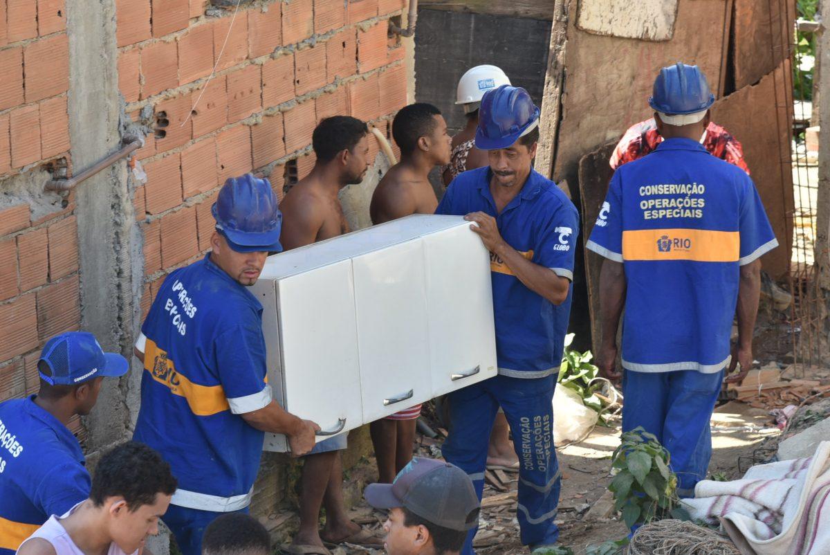 Funcionários da Prefeitura ajudam moradores a retirar móveis de casas interditadas na Vila Sapê. Foto: Richard Santos / Prefeitura do Rio