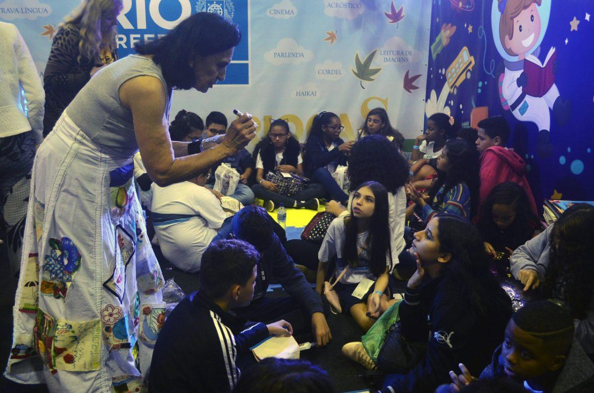 Na Bienal, alunos da rede municipal de ensino realizam uma série de atividades no estande da SME