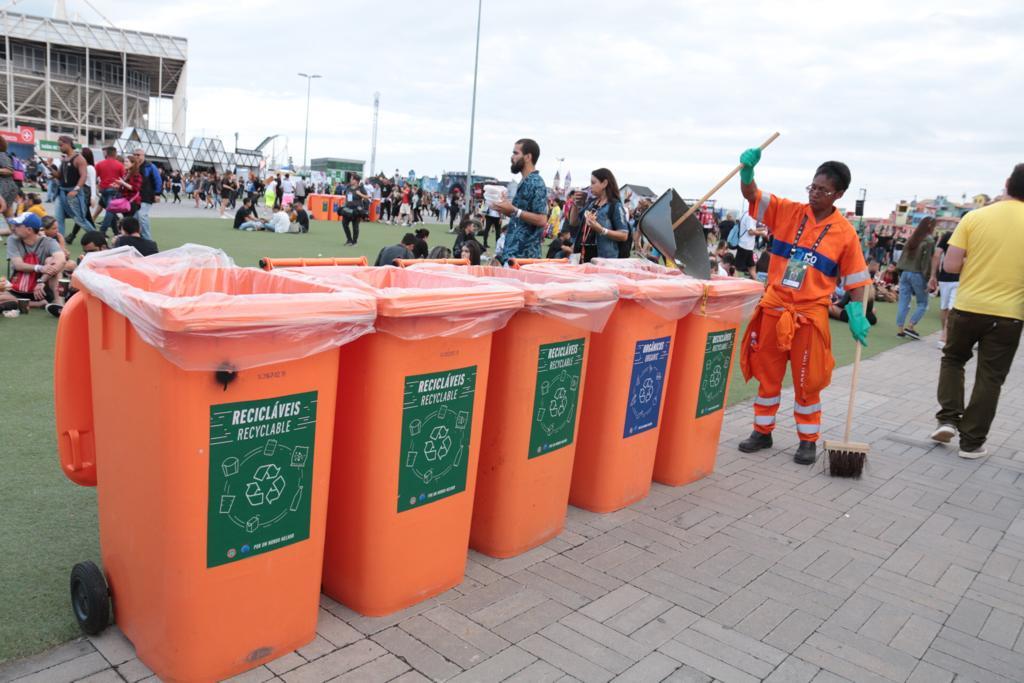 Gari confere os latões de lixo na Cidade do Rock: primeiro dia de festival e primeiro dia de limpeza da Comlurb no evento. Foto: divulgação Comlurb