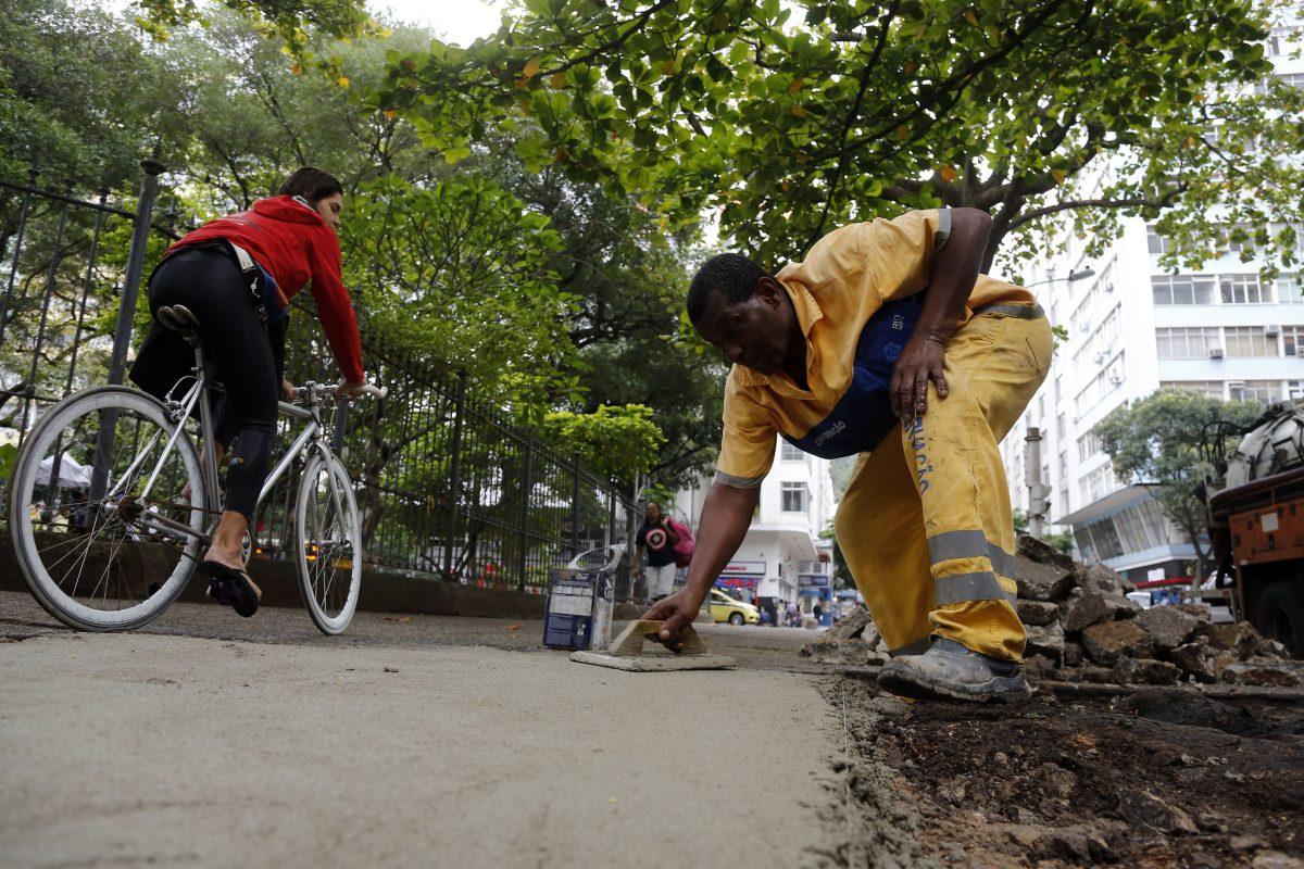 Funcionário da Conservação faz o tratamento da calçada próximo à Praça Serzedelo Correia, em Copacabana. Foto: Marcos de Paula / Prefeitura do Rio