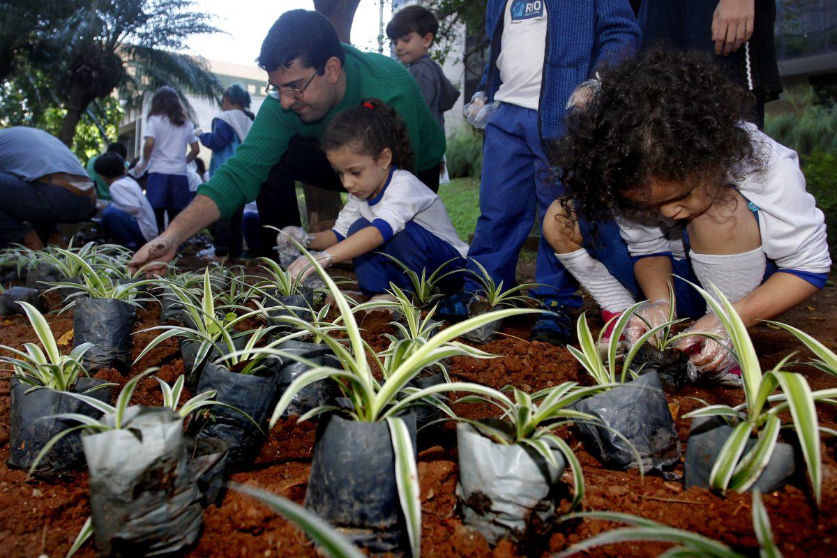 Alunos da creche municipal Dr. Paulo Niemeyer fazem plantio de mudas. Foto: Marcelo Piu / Prefeitura do Rio