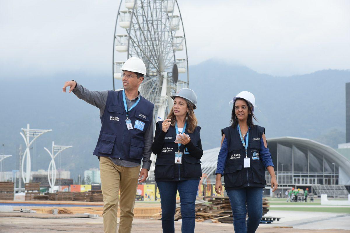 Técnicos da Vigilância Sanitária Municipal durante visita à Cidade do Rock: trabalho intenso desde janeiro. Foto: Richard Santos / Prefeitura do Rio