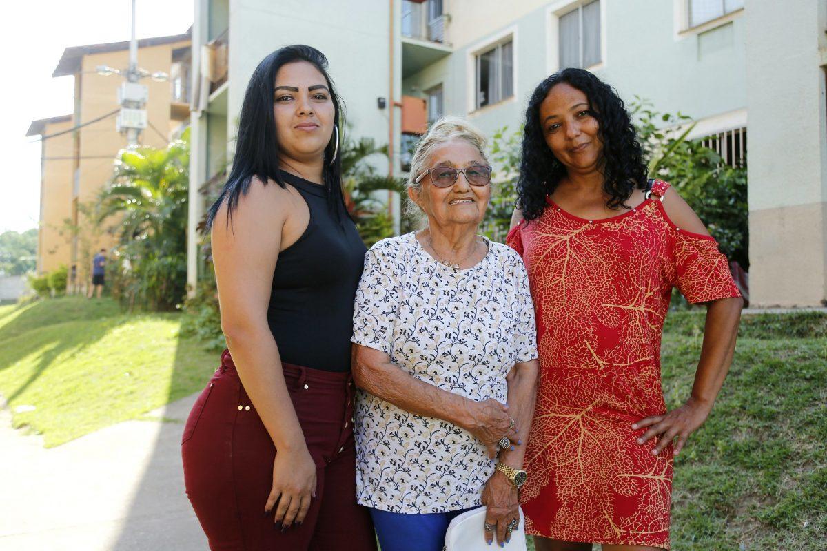 Anatilde Juvenal de Sousa, de 83 anos, com a filha e a neta