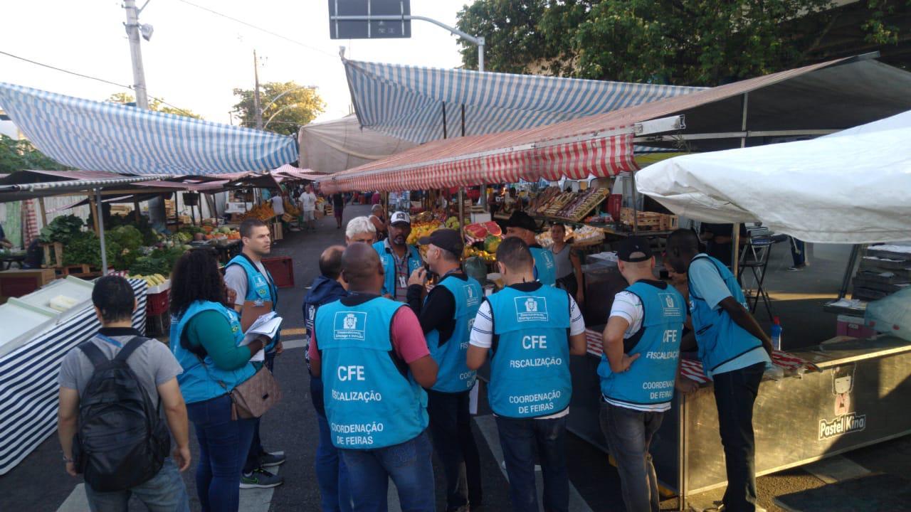 Fiscais em ação na feira de Campo Grande: orientação e rigor para conter irregularidades. Foto: divulgaçÃo / SMDEI