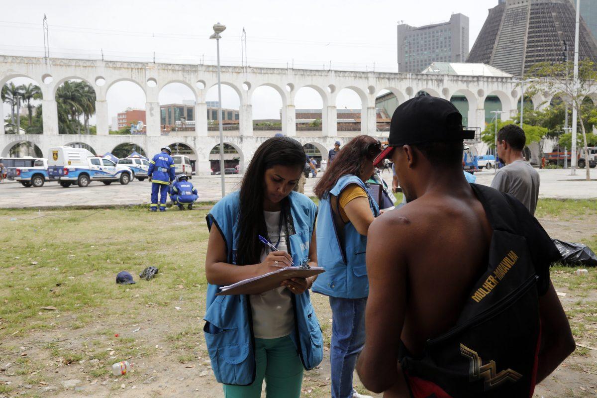 Força-tarefa de ordem pública na região da Lapa: técnica faz abordagem de pessoa em situação de rua. Foto: Marcos de Paula / Prefeitura do Rio