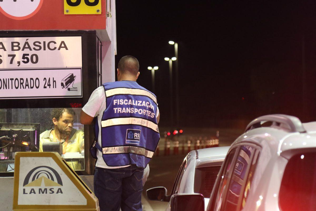 Fiscal da SMTR avisa funcionário da Lamsa sobre liberação de pedágio. Foto: Hudson Pontes / Prefeitura do Rio