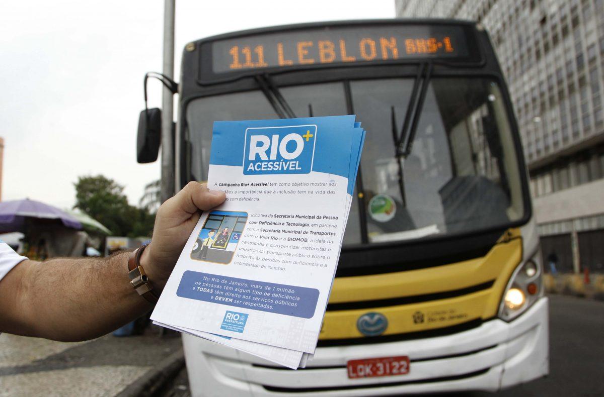 A primeira edição da blitz Rio + Acessível fiscalizou funcionamento dos acessos a cadeirantes em ônibus na região da Central do Brasil. Foto: Paulo Sergio / Prefeitura do Rio