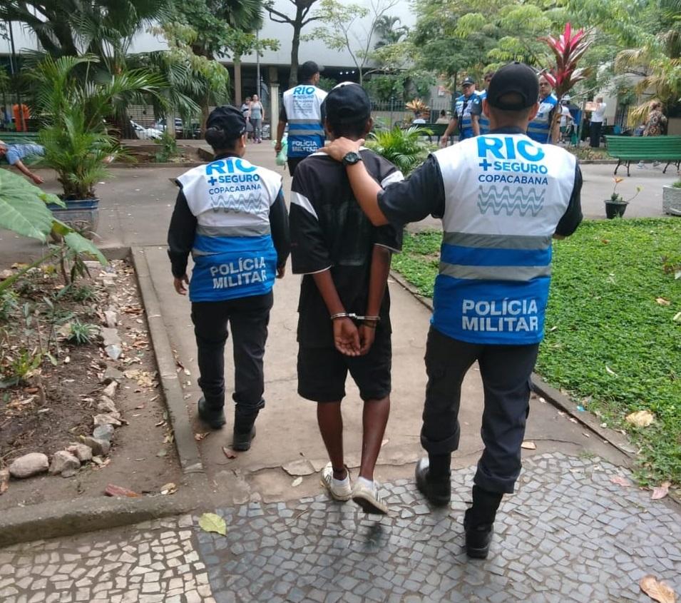 Homem é conduzido para a delegacia depois de detido por agentes do Rio+Seguro: mais um foragido reencaminhado à Justiça pelo programa. Foto: divulgação