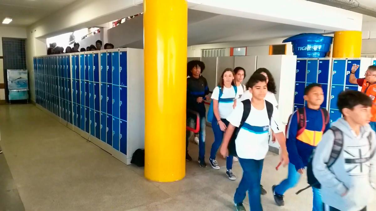 Secretaria Municipal de Educação leva treinamento de prevenção, escape e combate a incêndio a escola