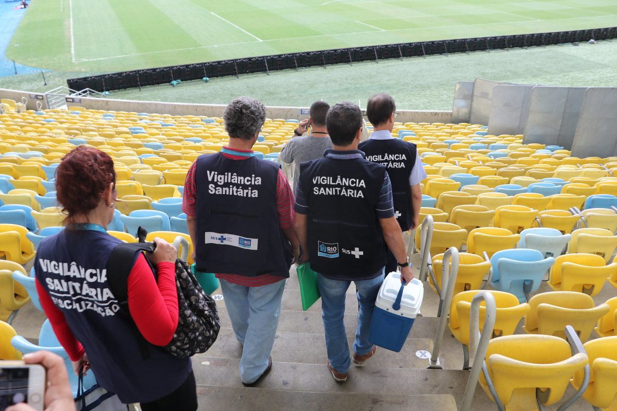 Agentes da Vigilância Sanitária municipal fazem inspeção no Maracanã para o jogo Flamengo x Grêmio, que vai decidir vaga na decisão da Copa Libertadores. Foto: Nelson Duarte / Prefeitura do Rio