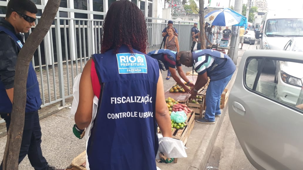 Equipe da prefeitura apreendeu mercadorias irregulares em Vicente de Carvalho. Foto: Divulgação / Seop