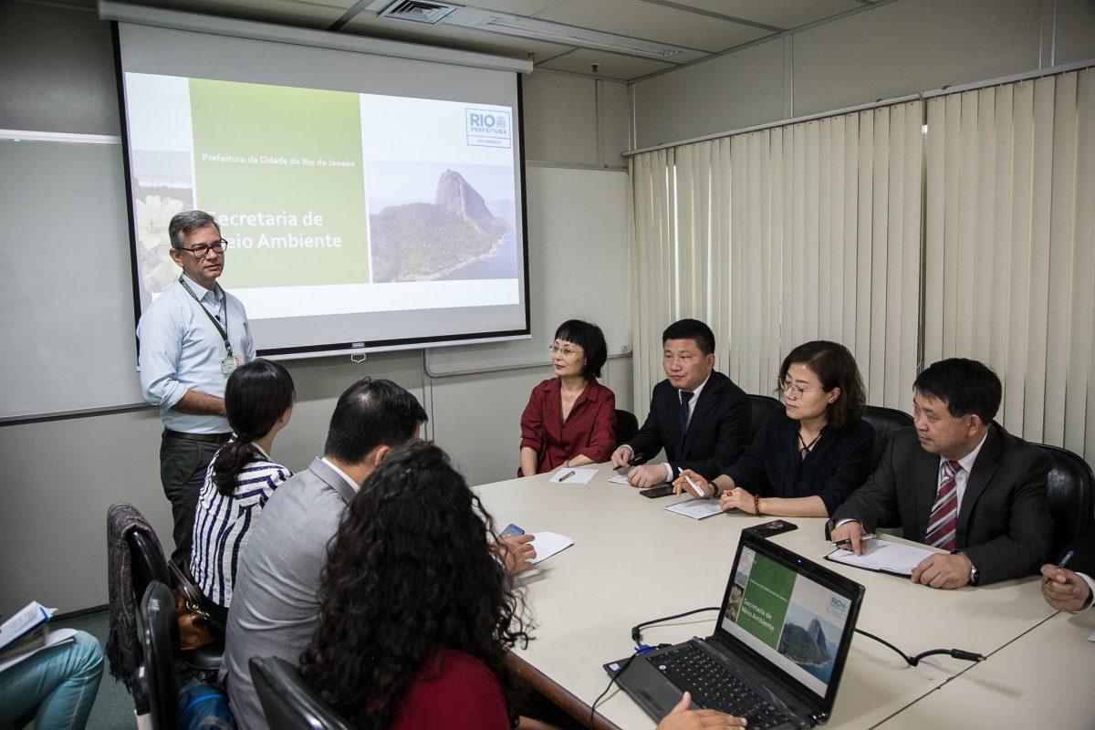 Na sede da Secretaria Municipal de Meio Ambiente, chineses conhecem projetos da pasta e aprendem sobre política ambiental da cidade. Foto: Hermes de Paula / Prefeitura do Rio
