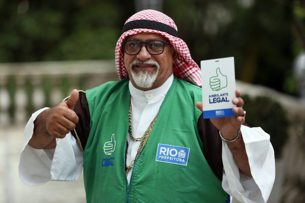 Marco Antônio Maciel, o Árabe do Pepê: crachá é reconhecimento pelo trabalho. Foto: Marcos de Paula / Prefeitura do Rio de Janeiro