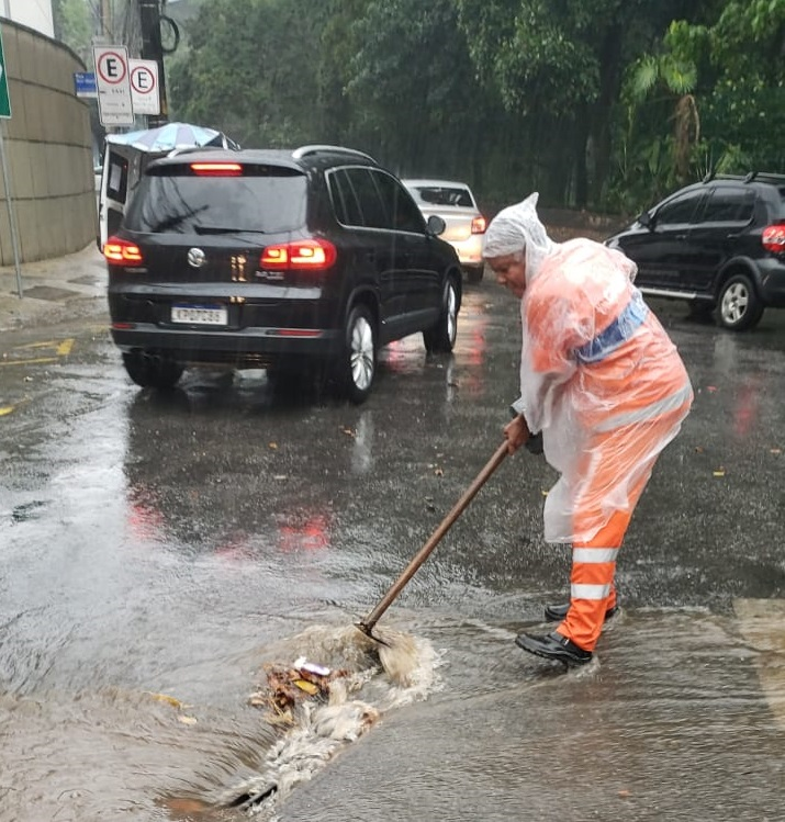 Comlurb em ação para reduzir impactos da chuva forte desta segunda, 11 de novembro. Foto: divulgação