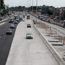 Para viabilizar o lançamento de vigas para construção da nova pista lateral será necessário interditar totalmente a Av. Brasil, no sentido Centro, também no trecho entre a Passarela 28 (Fazenda Botafogo) e as proximidades do Rio Acari.