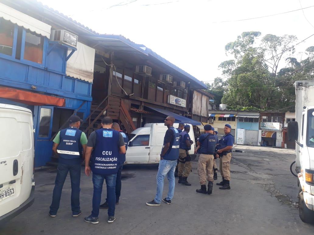 Agentes da Prefeitura em ação durante fiscalização no Mercado do Produtor, na Barra. Foto: divulgação / Seop