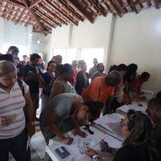 Moradores do Mangueira I assinam os papéis para recebimento do RGI: comprovação de propriedade sobre os imóveis onde moram. Foto: Edvaldo Reis / Prefeitura do Rio