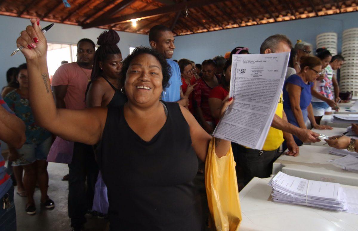 Regina comemora com o RGI em mãos: fim da espera pelo documento e felicidade por ser proprietária do apartamento onde mora. Foto: Hudson Pontes / Prefeitura do Rio de Janeiro