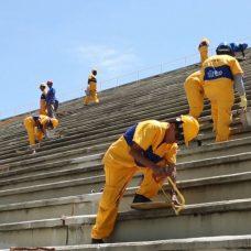 Operários trabalham na obra de recuperação estrutural da arquibancada do Sambódromo. Foto: Hermes de Paula / Prefeitura do Rio