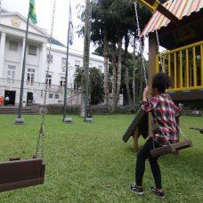 Um dos brinquedos feitos com material reciclado que equipam praças públicas, montado nos jardins do Palácio da Cidade. FOTO: Hudson Pontes/Prefeitura do Rio