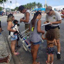 Guardas municipais entregam pulseiras de identificação nas crianças e conscientizam os pais. Foto: Distribuição / Guarda Municipal