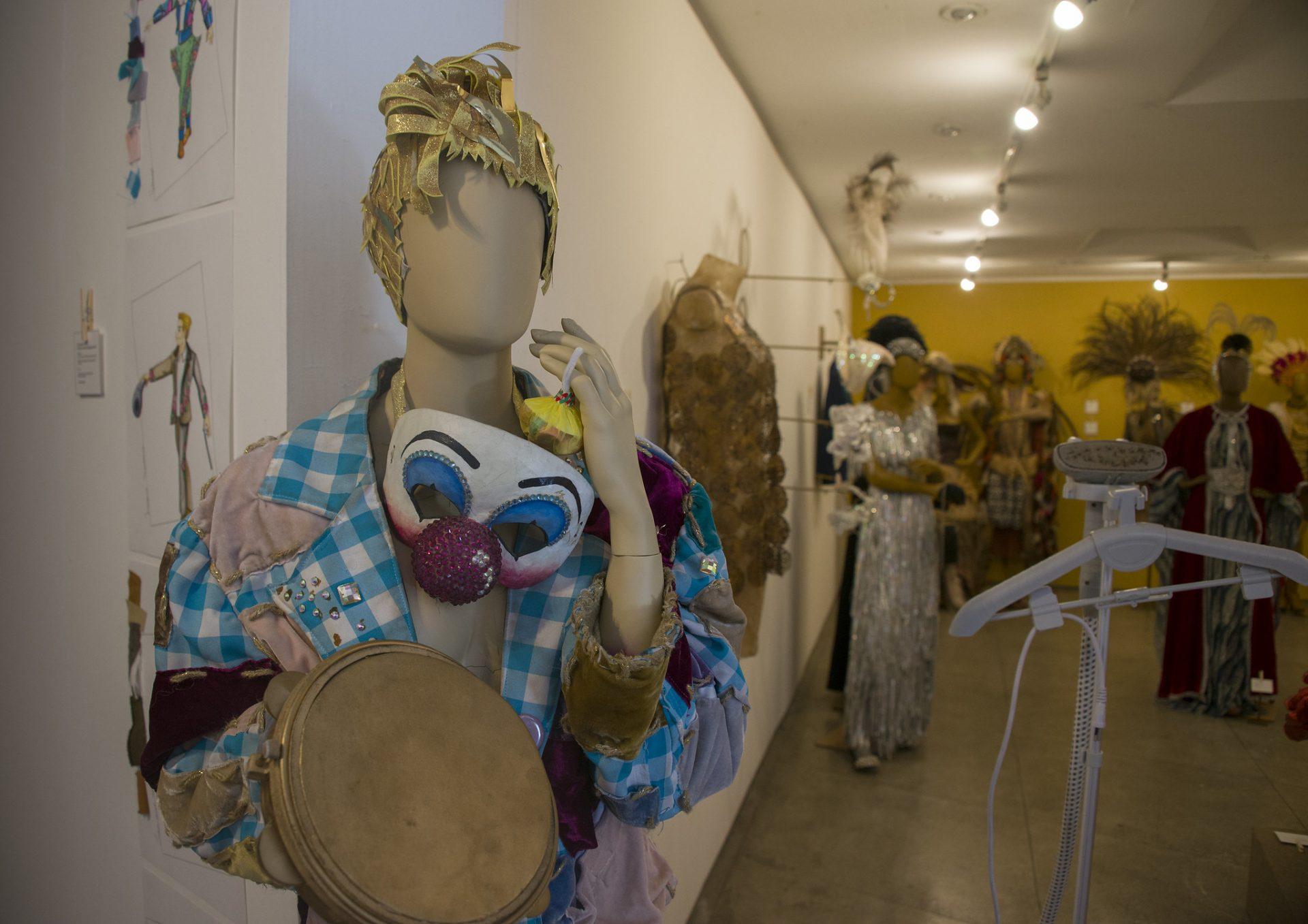Roupa de palhaço feita de material reciclado fez parte de desfile da Mangueira e é um dos figurinos do acervo de Rick Barboza