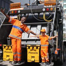 Renato Sorriso brincou com Davi Luis no caminhão de coleta de lixo. Foto: Fotos Hudson Pontes / Prefeitura do Rio
