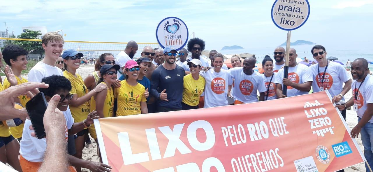 Na Orla da Barra da Tijuca, campanha da Comlurb conscientiza sobre descarte de lixo. Foto: divulgação