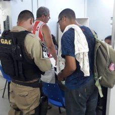 Guarda municipal ao lado do pai do bebê salvo após ter engasgado. Foto: divulgação GM