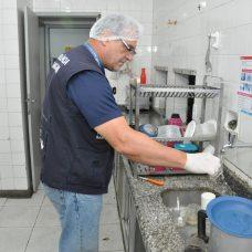 Técnico da Vigilância Sanitária municipal faz coleta de água para análise. Foto: Nelson Duarte / Prefeitura do Rio