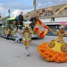 Com enredo em homenagem ao mundo do circo a Corações Unidos do Ciep levou dois mil alunos à Sapucaí