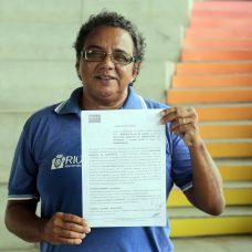 Motorista comemoração a renovação do contrato de prestação de serviços de vans. Foto: Marcos de Paula / Prefeitura do Rio